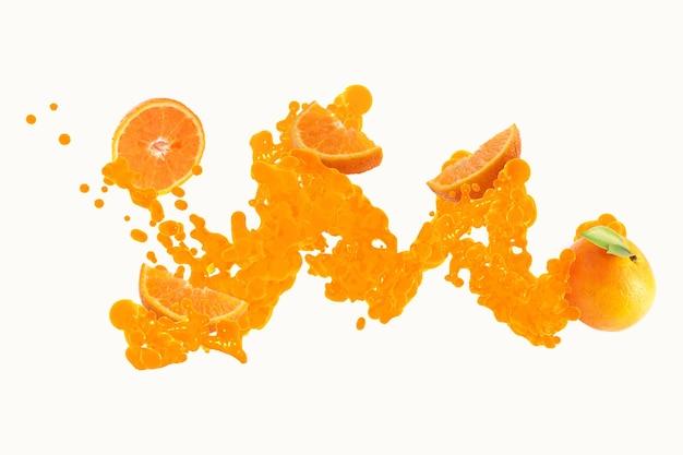 Frische orange mit orangensaft, der auf weißem hintergrund spritzt
