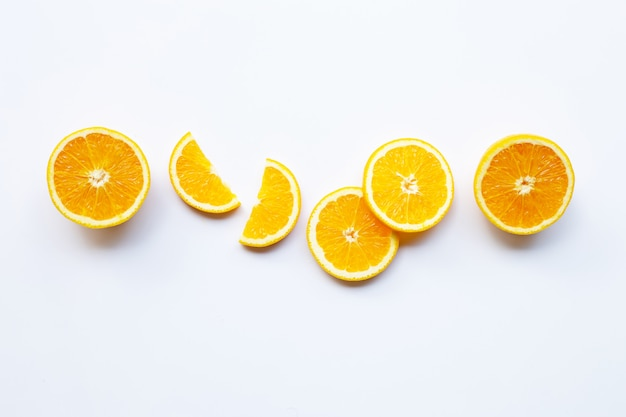 Frische orange zitrusfrucht auf weiß.