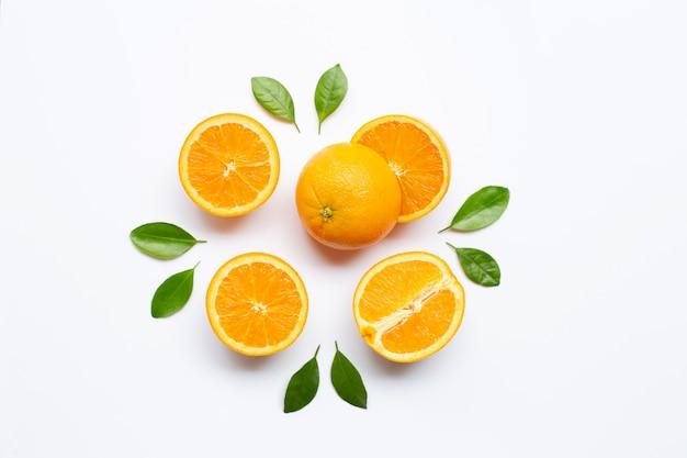 Frische orange zitrusfrucht mit den blättern getrennt auf weiß