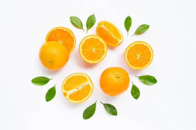 Frische orange zitrusfrucht mit den blättern getrennt auf weiß.