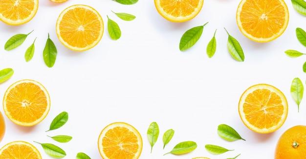 Frische orange zitrusfrucht mit den blättern lokalisiert auf weißem hintergrund.