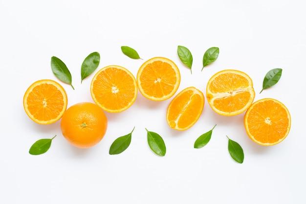 Frische orange zitrusfrucht mit den blättern lokalisiert auf weißem hintergrund