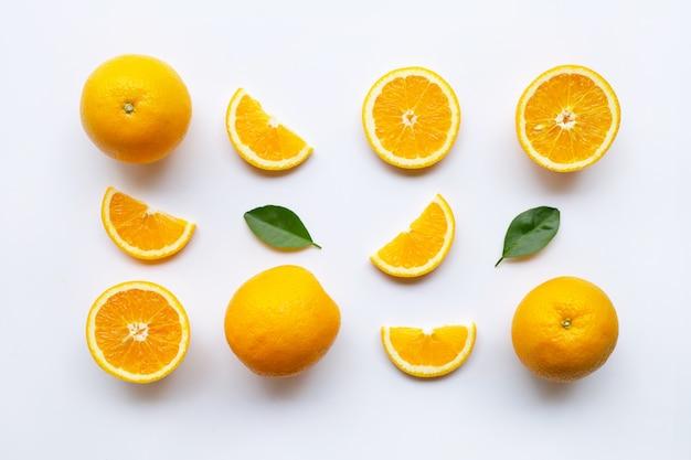 Frische orange zitrusfrüchte mit blättern auf weiß