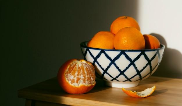 Frische orangen auf dem tisch