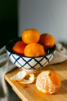 Frische orangen auf dem tisch Premium Fotos