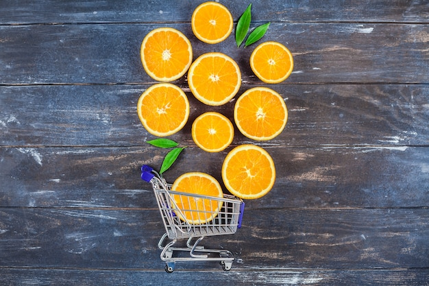 Frische orangen auf dunklem holztisch