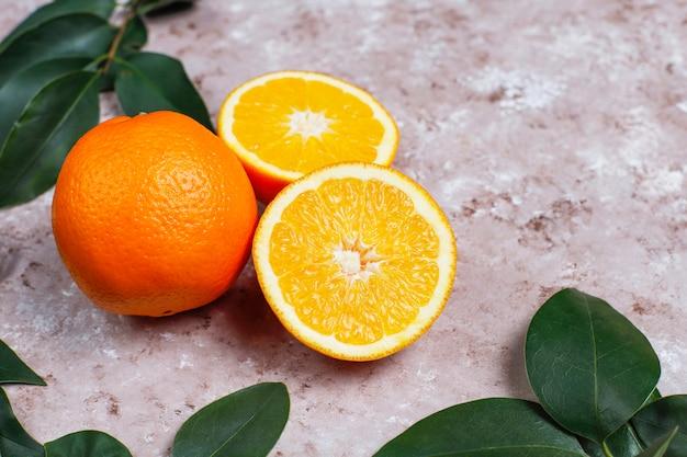 Frische orangen auf heller oberfläche, ansicht von oben