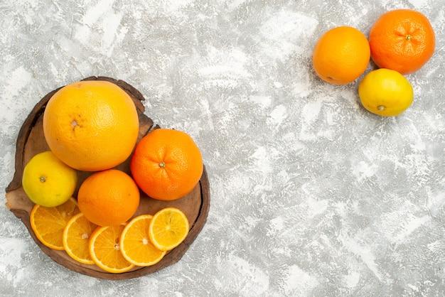 Frische orangen der draufsicht mit mandarinen auf reifen exotischen tropischen frischen früchten des weißen hintergrundzitrusfruchtes