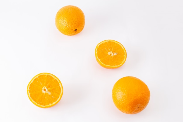 Frische orangen der draufsicht saftig und sauer auf den exotischen zitrusfarbenfrüchten des weißen hintergrunds