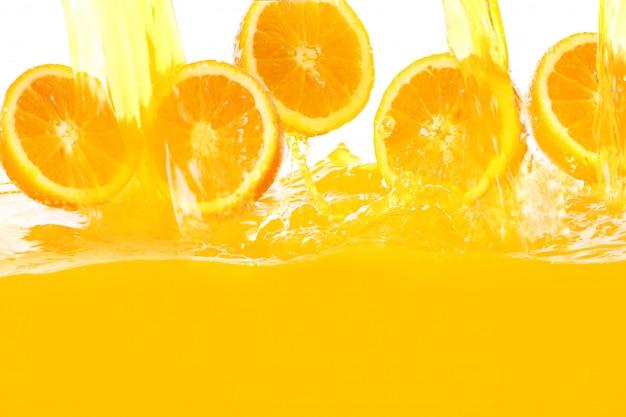 Frische orangen fallen in saft