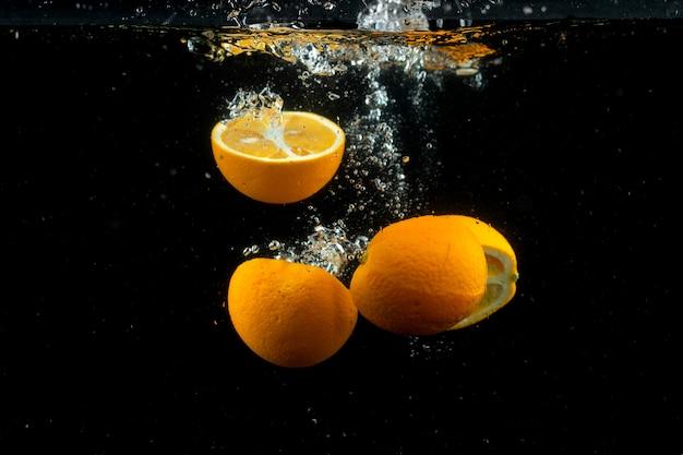 Frische orangen im wasser