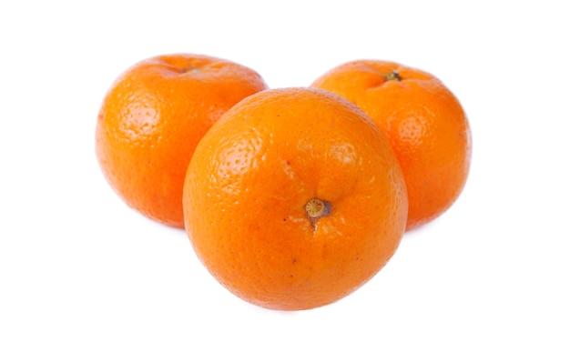 Frische orangen isoliert auf weißem hintergrund