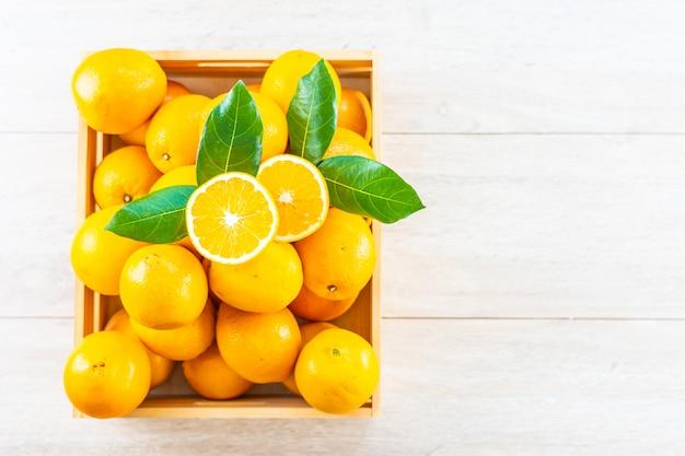 Frische orangenfrucht auf tabelle