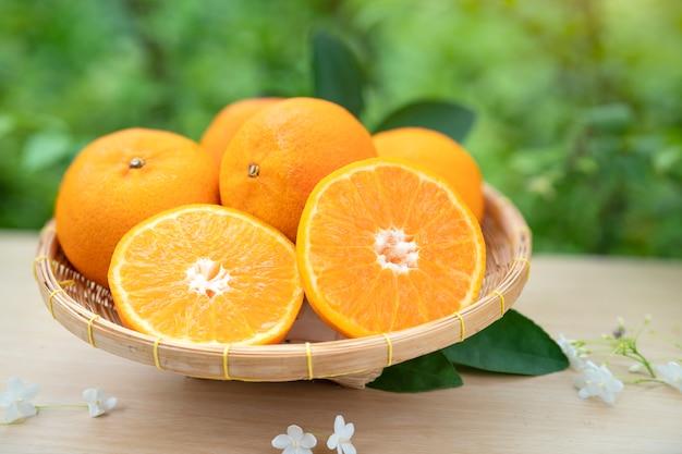Frische orangenfrüchte im bambuskorb
