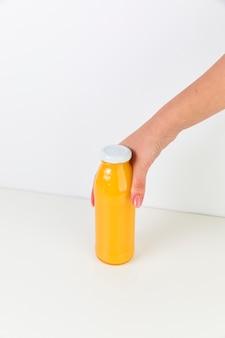Frische orangensaftflasche der draufsicht