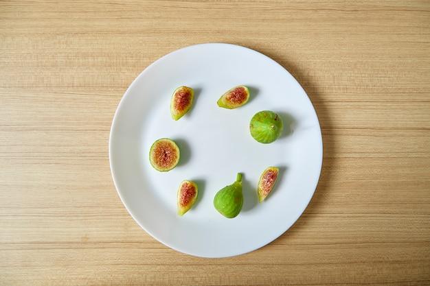 Frische organische feige auf weißer platte