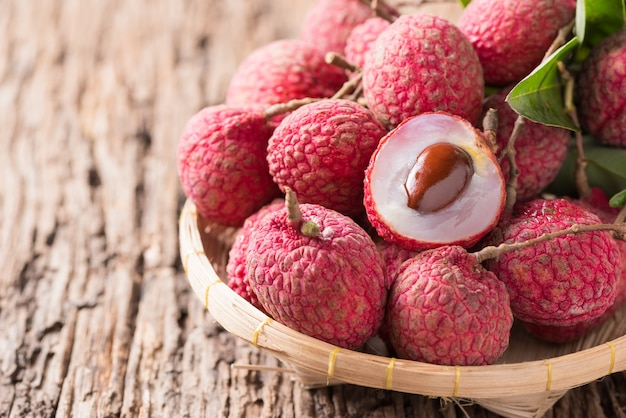 Frische organische litschifrucht auf korb