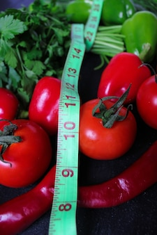 Frische organische petersilie, tomaten, rote paprikas, grüne paprikas, fenchel, dill und gurke mit draufsicht des grünen zentimeters, diätkonzept