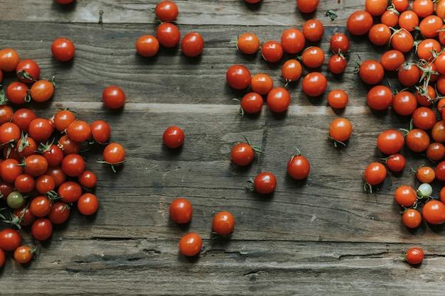 Frische organische rote kirschtomaten