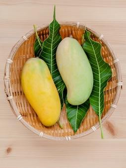Frische organische traditionelle thailändische mangos gründeten auf holztisch.