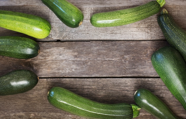Frische organische zucchini auf dem holztisch