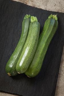 Frische organische zucchini auf der weinlesetabelle.