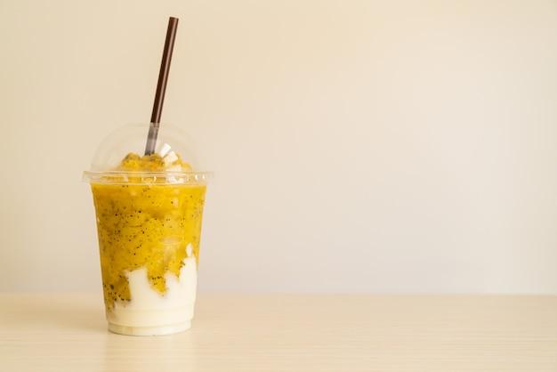 Frische passionsfrucht-smoothies mit joghurt im glas