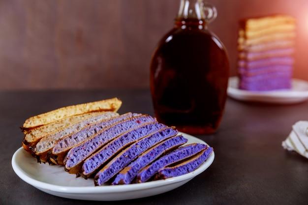 Frische pfannkuchen mit schokoladenglasur