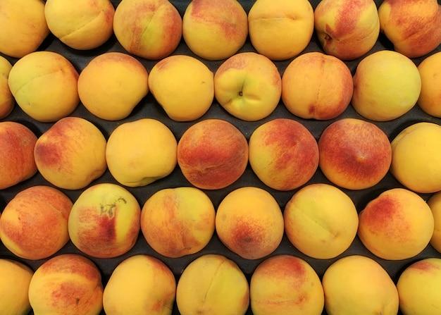 Frische pfirsiche in einem kasten