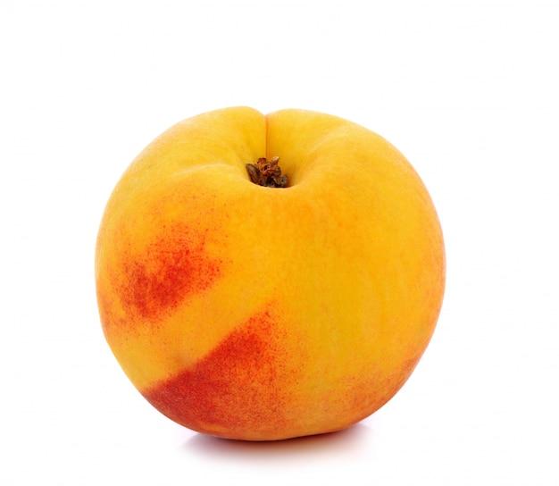 Frische pfirsiche isoliert auf weißem hintergrund