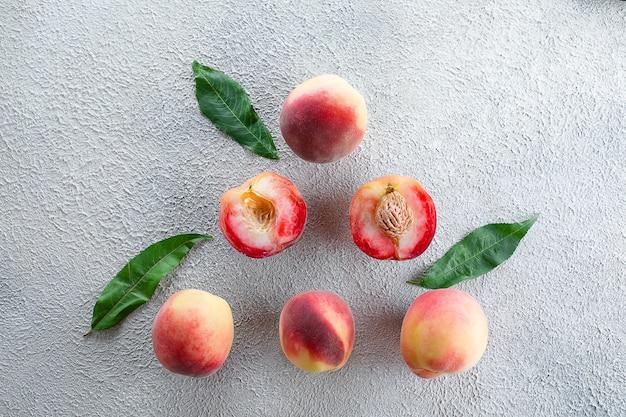 Frische pfirsiche. pfirsiche auf hellem beton