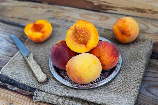 Frische pfirsiche tragen auf rustikaler, draufsicht früchte