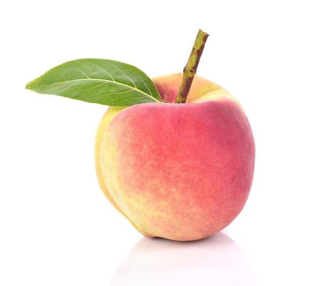Frische pfirsiche tragen auf weißem hintergrund früchte