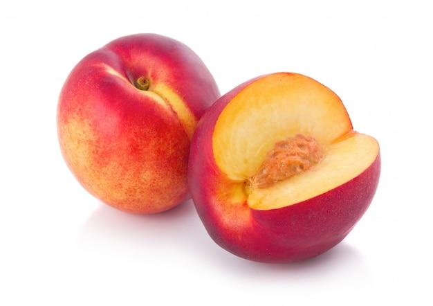 Frische pfirsichfrüchte mit dem schnitt lokalisiert