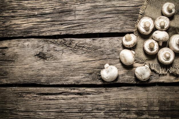 Frische pilze. auf hölzernem hintergrund.