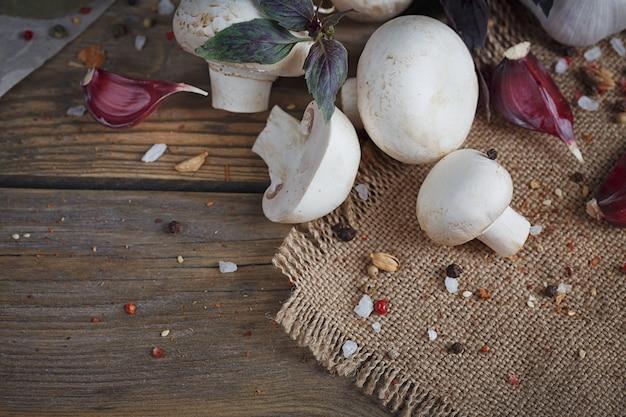 Frische pilze und knoblauch auf rustikalem holz