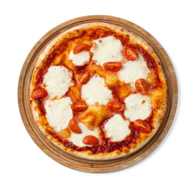 Frische pizza auf holzbrett isoliert auf weiß