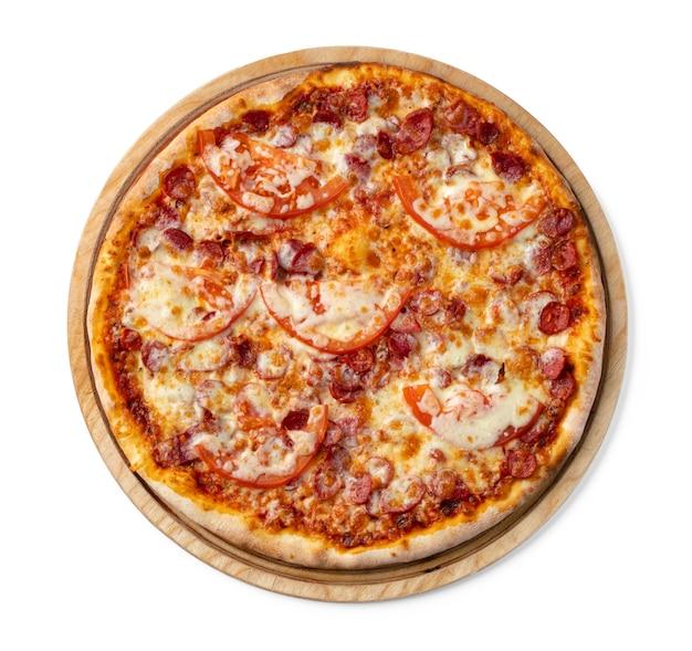 Frische pizza auf holzbrett lokalisiert auf weiß