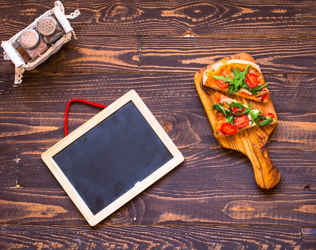 Frische pizza des hausmädchens mit tomaten, rucola und mozzarellaa