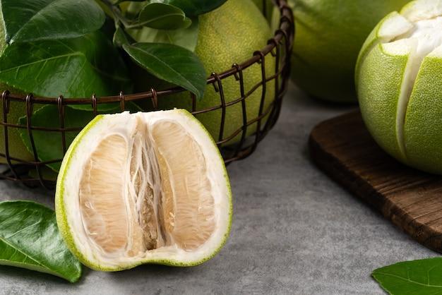 Frische pomelo auf grauem zementhintergrund für mid-autumn festivalfrucht.