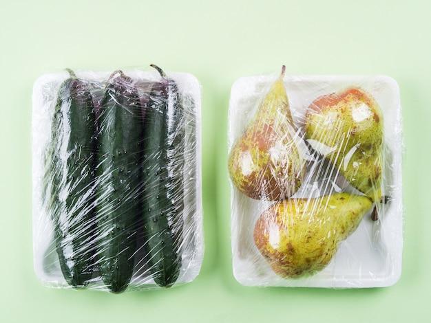 Frische produkte in plastikfolie eingewickelt.