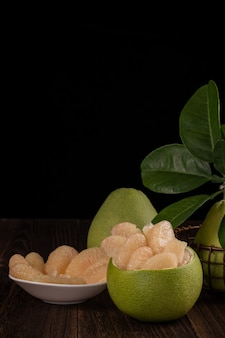 Frische pummelo-früchte auf holztisch