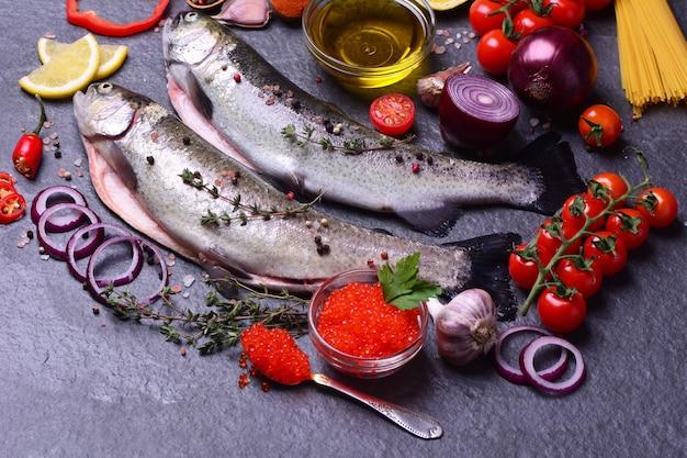 Frische regenbogenforelle mit kaviargemüse und gewürzen