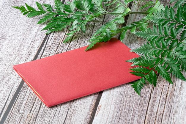 Frische regenwaldfarne und eine rote karte