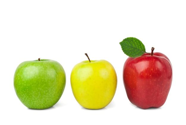 Frische reife äpfel getrennt auf weiß
