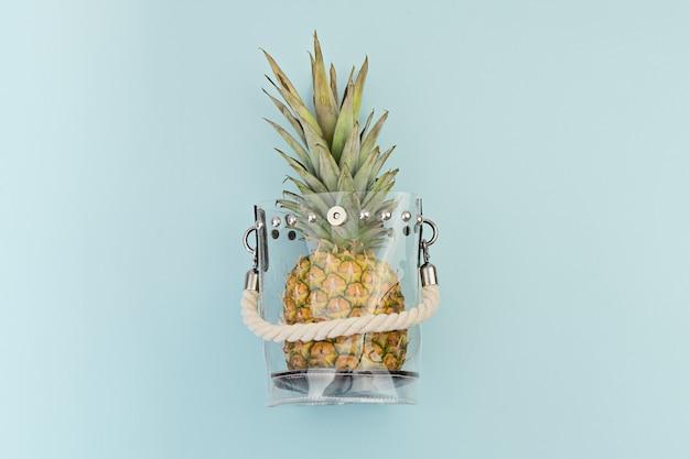 Frische reife ananas in der transparenten plastiktasche auf blau.