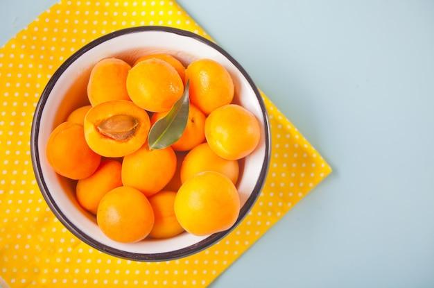 Frische reife aprikose in einer schüssel