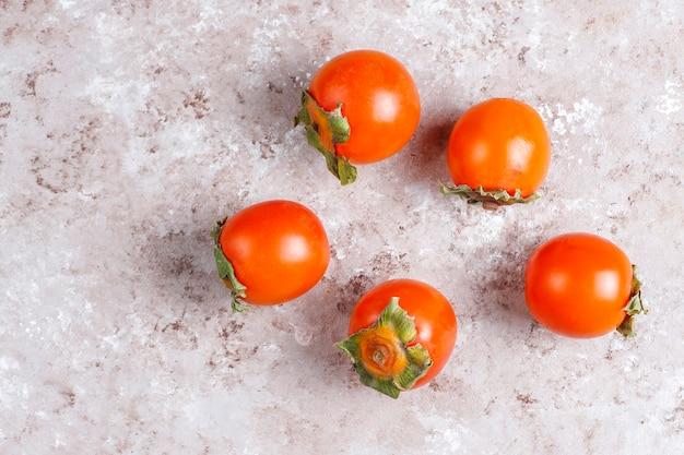 Frische reife bio-kakifrüchte.