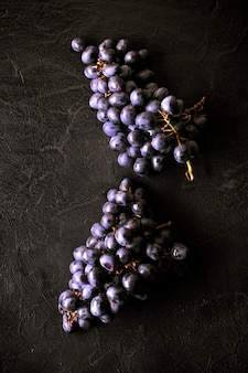 Frische reife bündel schwarze traubenbeeren auf küchentisch