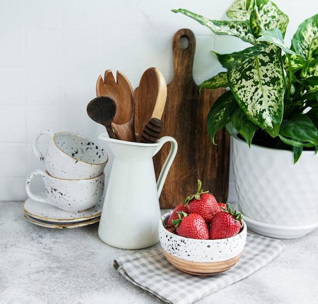 Frische reife erdbeeren auf dem küchentisch